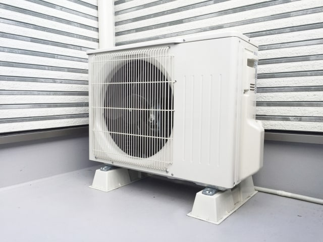 ハウスクリーニングのクリナークのエアコン室外機